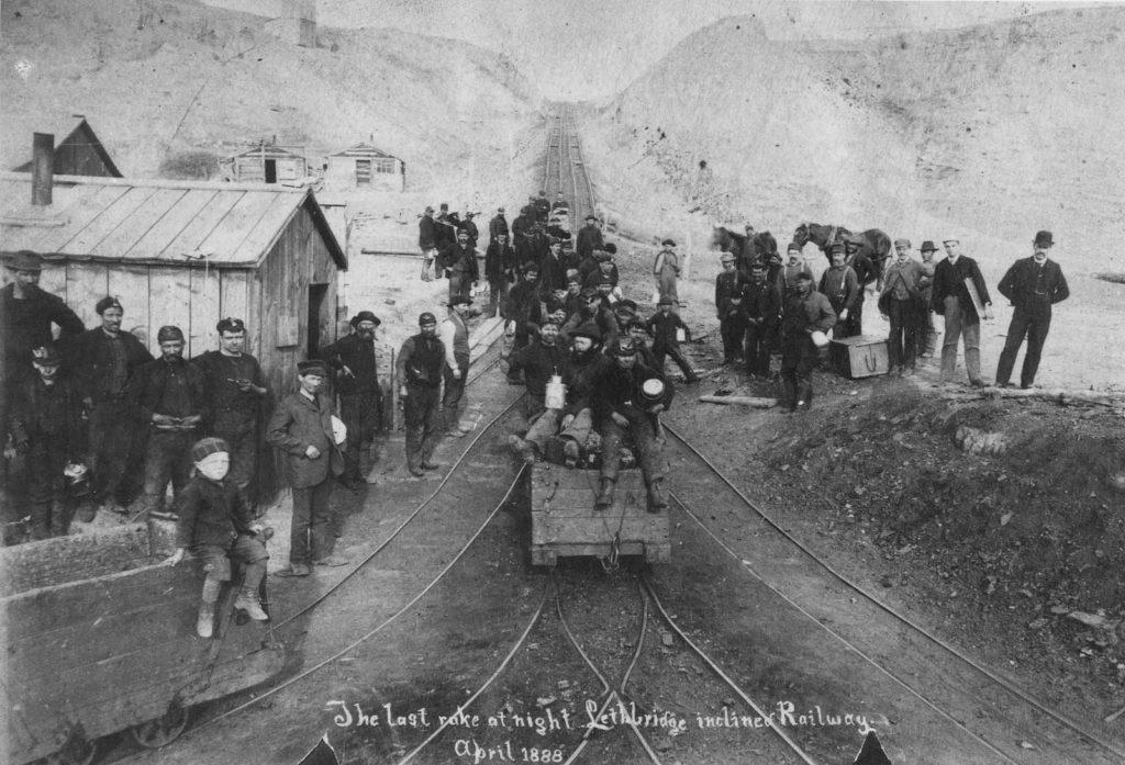 Foto uit 1888 van mijnwerkers te Lethbridge (bron: Galt Museum & Archives).