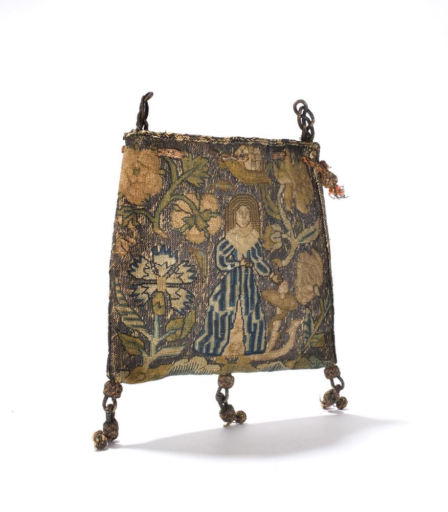 Sweet bag van zijde, geborduurd met zilverdraad, een dame tussen bloemen en insecten, Engeland, 1630-1640 (Collectie en Courtesy Tassenmuseum Hendrikje, Amsterdam).