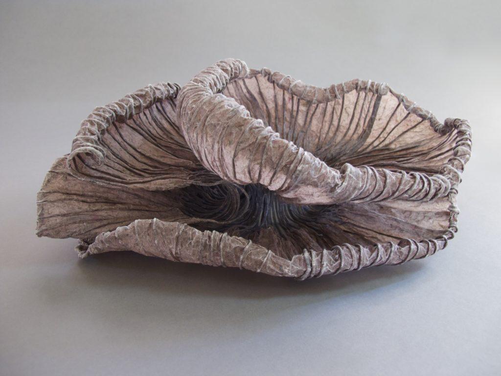 "Jocelyn Chateauvert, ""Burnished Lily"", 2016, handgemaakt abaca-papier, 31 x 35 x 12 cm (foto: Jocelyn Chateauvert)."