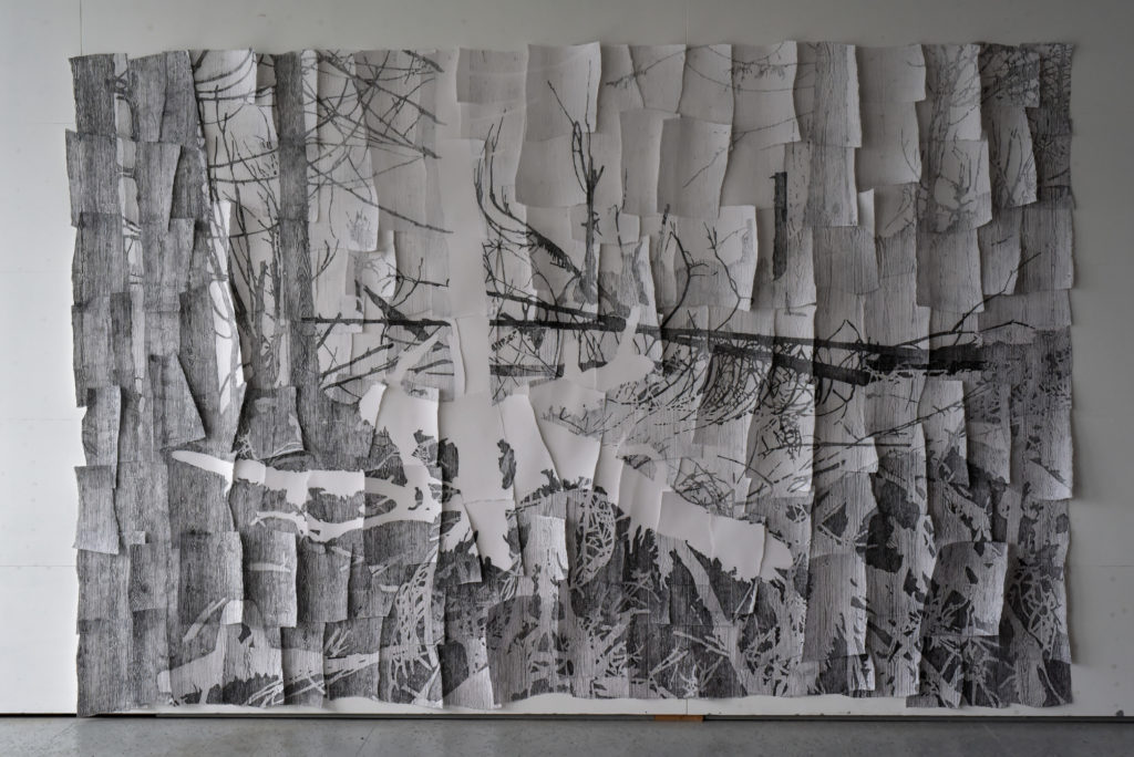 "Anna J. van Stuijvenberg, ""Hybrid"", 2017, frottage, papier, grafiet, 400 x 265 cm (foto: Anna J. van Stuijvenberg)."