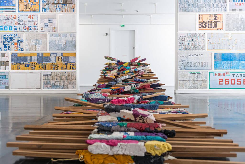 "Manish Nai, ""Untitled"", 2017, gebruikt textiel en hout, 400 stuks, 213 x 7,6 x 7,6 cm."