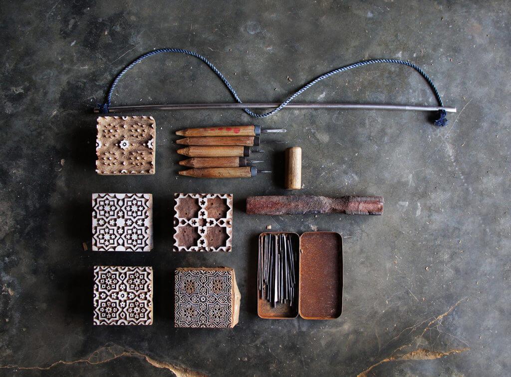 Gereedschap dat gebruikt wordt bij het bloksnijden (foto: Hitanshu Bhatt, copyright: Textiel Factorij).