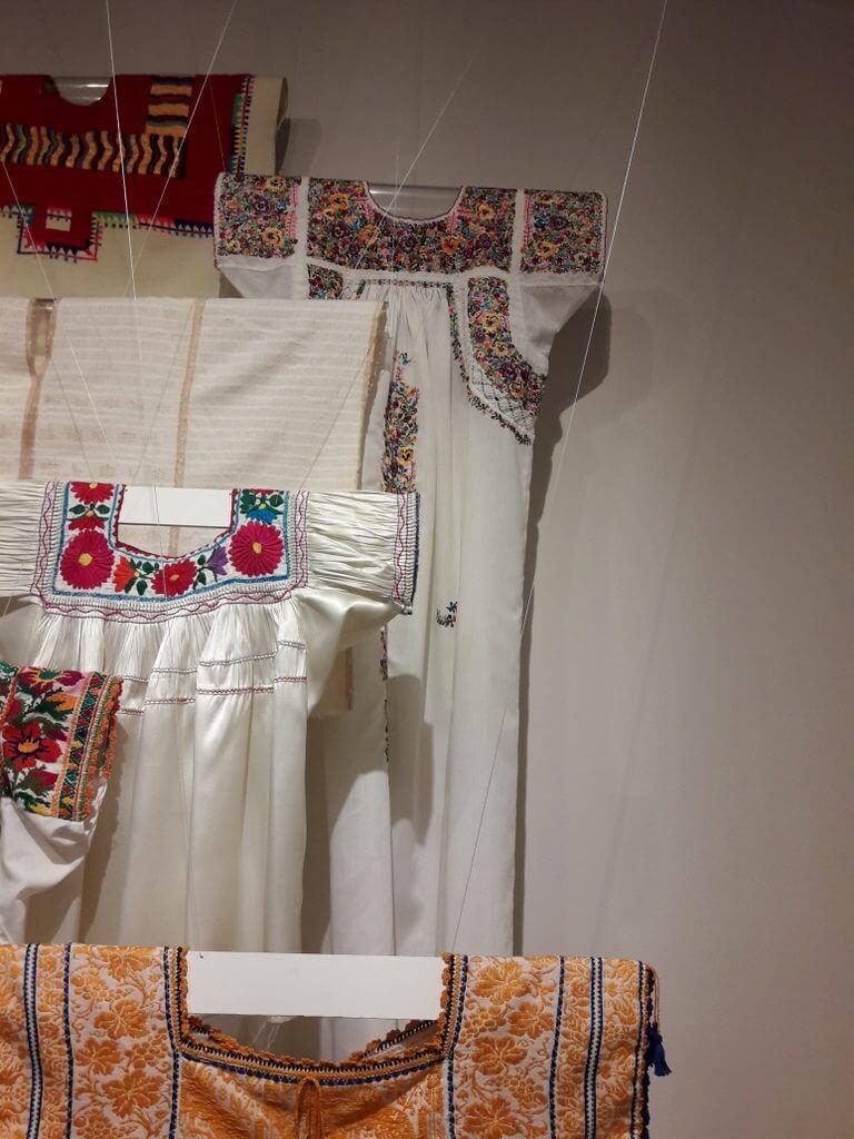 Museo De Arte Popular, geborduurde blouses (foto: Corina Koolen)