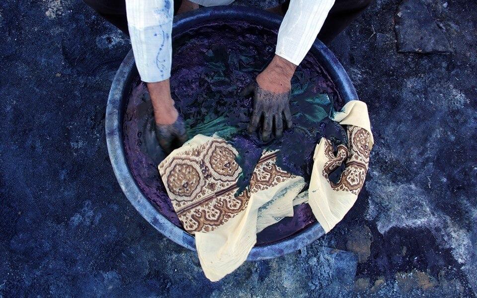 Indigo verven (foto: Hitanshu Bhatt, copyright: Textiel Factorij).