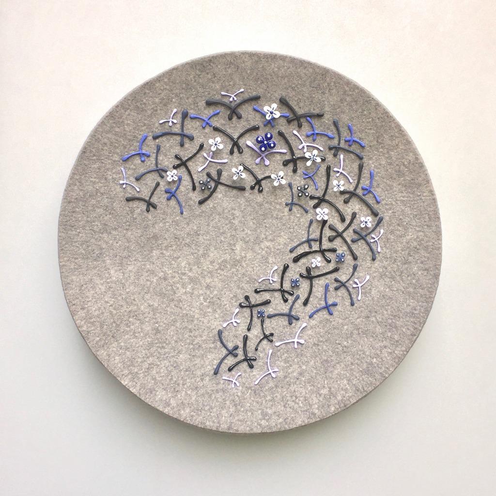 """Kitty Korver, """"Up!"""", 2018, massief natgevilt vilt, ingekleurd bone china-porselein, deels geglazuurd, met magneetjes en spelden op de schaal bevestigd, doorsnede: 68 cm, diepte: 12 cm."""