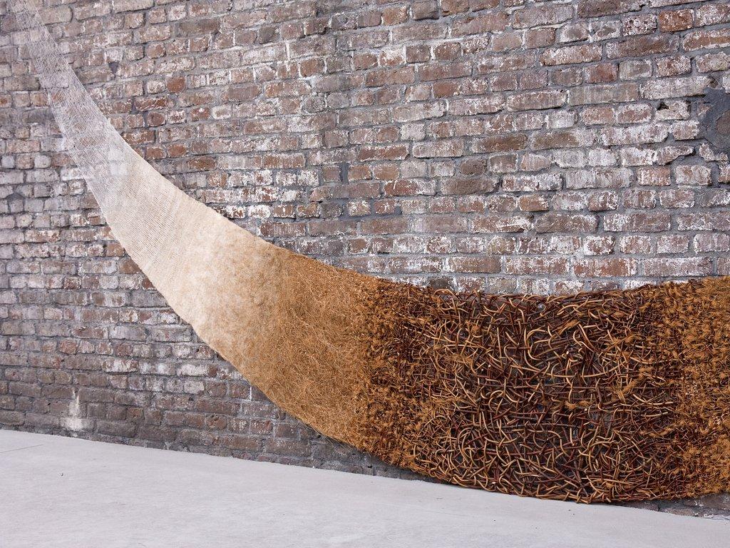 "Mattanja Coehoorn, ""Re-ligare"", 2006, wilgenteen, pitriet, kokosvezel, sisal, vlas, paardenhaar, wol, katoen, nylon. Vlechtwerk, weefsel, vezelvlies, vilt, breisel, stikwerk, kant, ca. 5 x 2,5 m (foto: Martin Vlasblom)."
