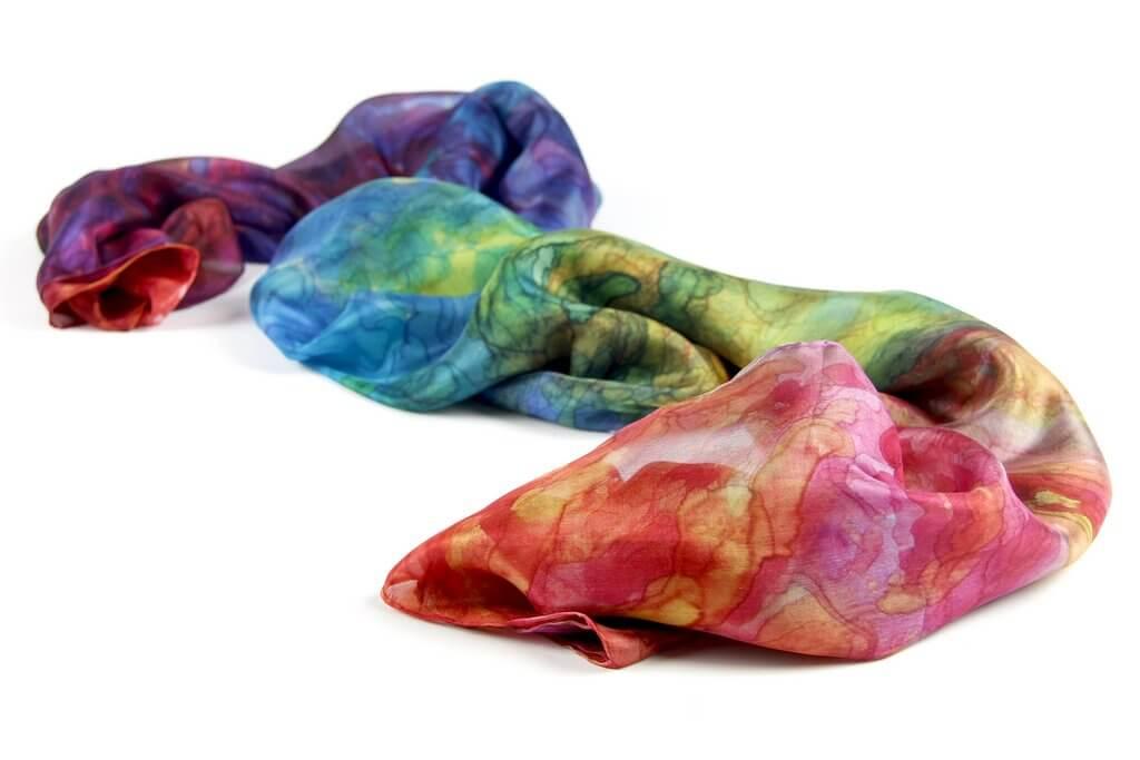 Ellen Bakker, een beschilderde zijden sjaal.
