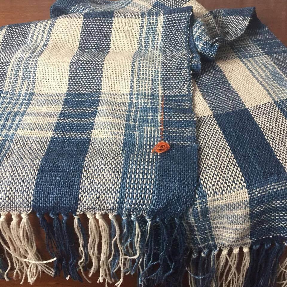 "Loes Leatemia, ""Indigo sjaal"", 2017, linnen, zijde, wol, indigo, kasuri, weven."