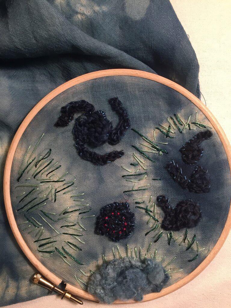 "Loes Leatemia, ""Cosmos"", 2018, wol, indigo, shibori en borduren."