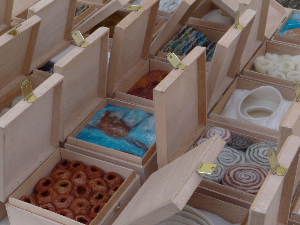 """Marianne Mol, """"Kunst in een Kistje', vilt."""