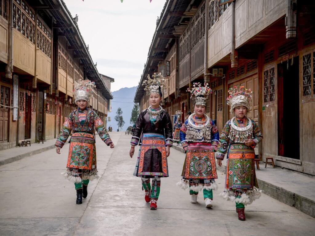 "Vrouwen van de ""100 vogels Miao"" in feestkleding, Wuji, Rongjiang (foto: Wu Zeng Ou)."