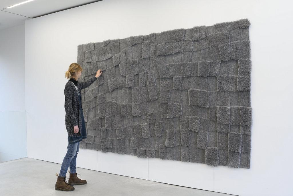 """Rosa Johanna, """"How to do things without words"""", 2019, wol, 185 x 300 cm (foto: Peter Cox, met dank aan EENWERK)."""