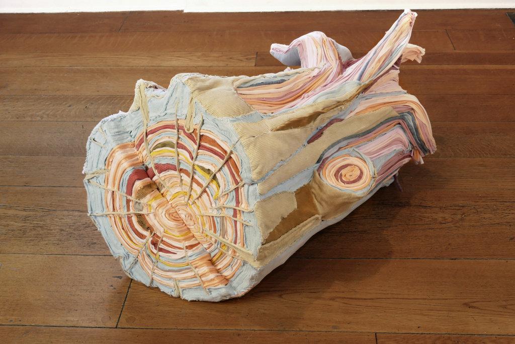 "Tamara Kostianovsky, ""Nature Made Flesh"" (detail), 2018, installatie van afgedankt textiel (foto: Roni Mocan)."