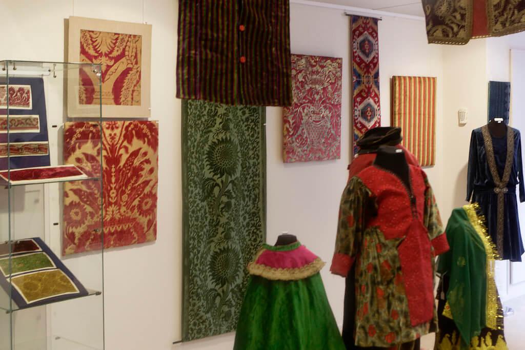 """Zaaloverzicht tentoonstelling """"Fijn Fluweel!"""" in het Textile Research Centre in Leiden."""