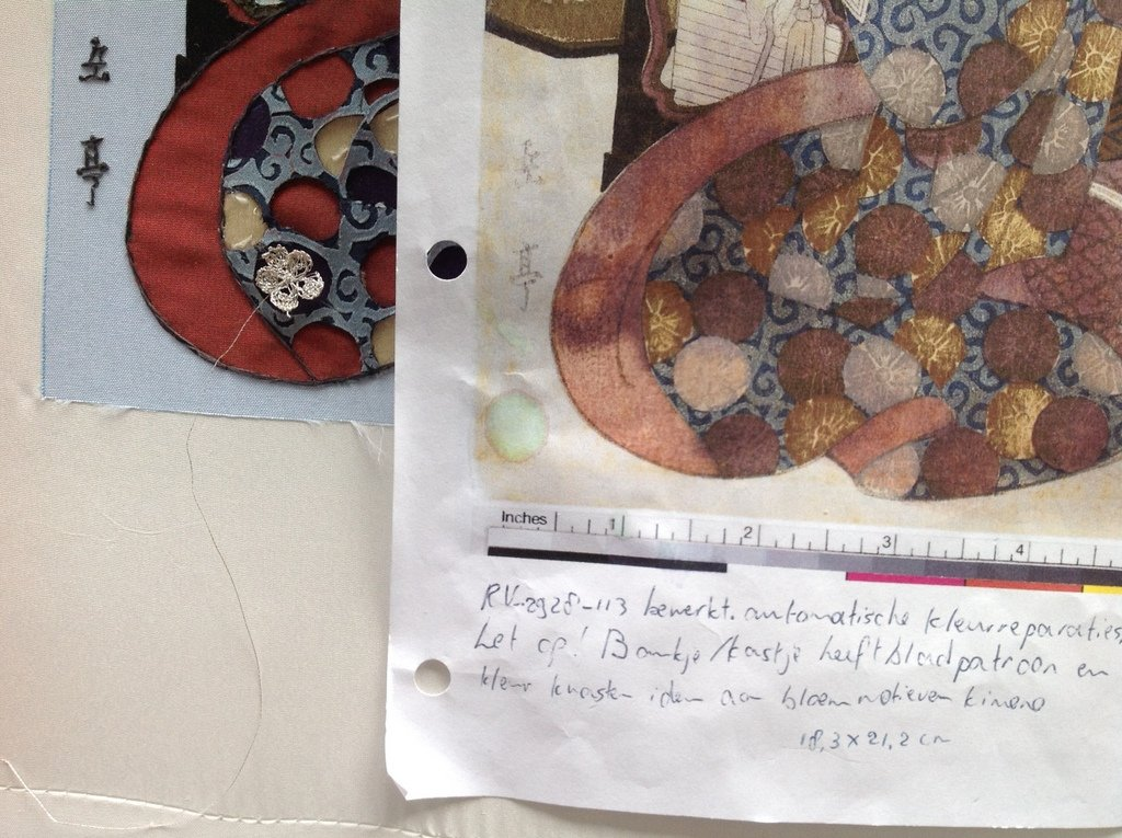 Stap 11: Het plaatsen van de gebreide bloemetjes (foto: Minke van de Zande).