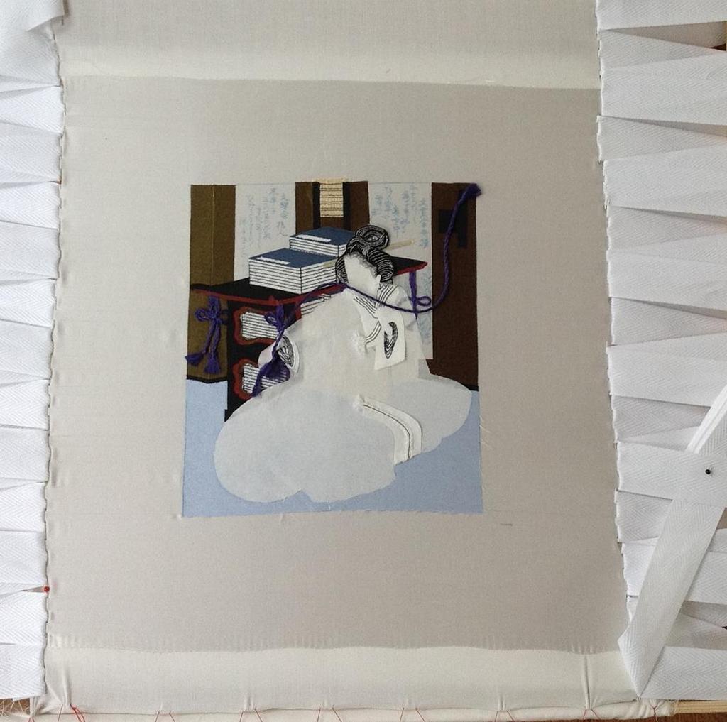 Stap 7: Het opspannen van een lap zijde op een speciaal gemaakt borduurraam (foto: Minke van de Zande).