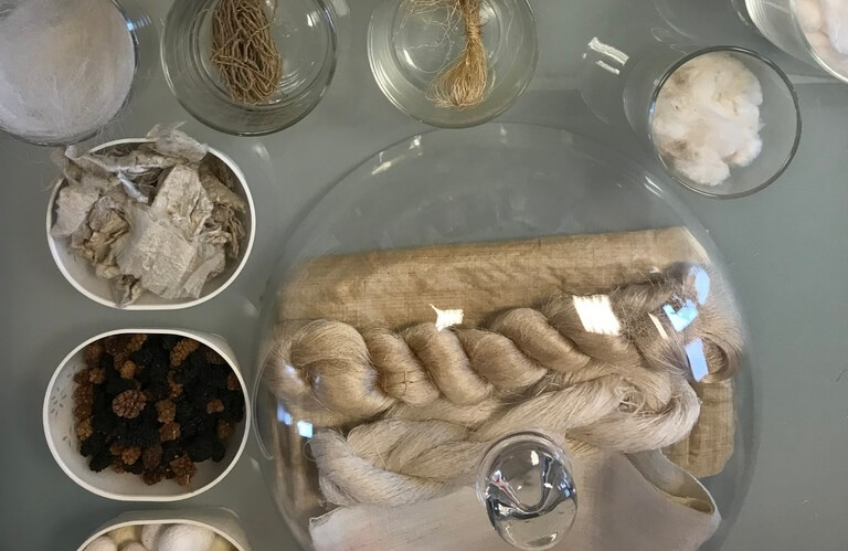 Tafel met zijden stoffen en vezels.