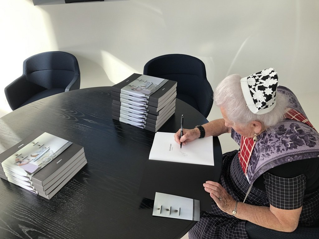 Hendrikje signeert het eerste boek
