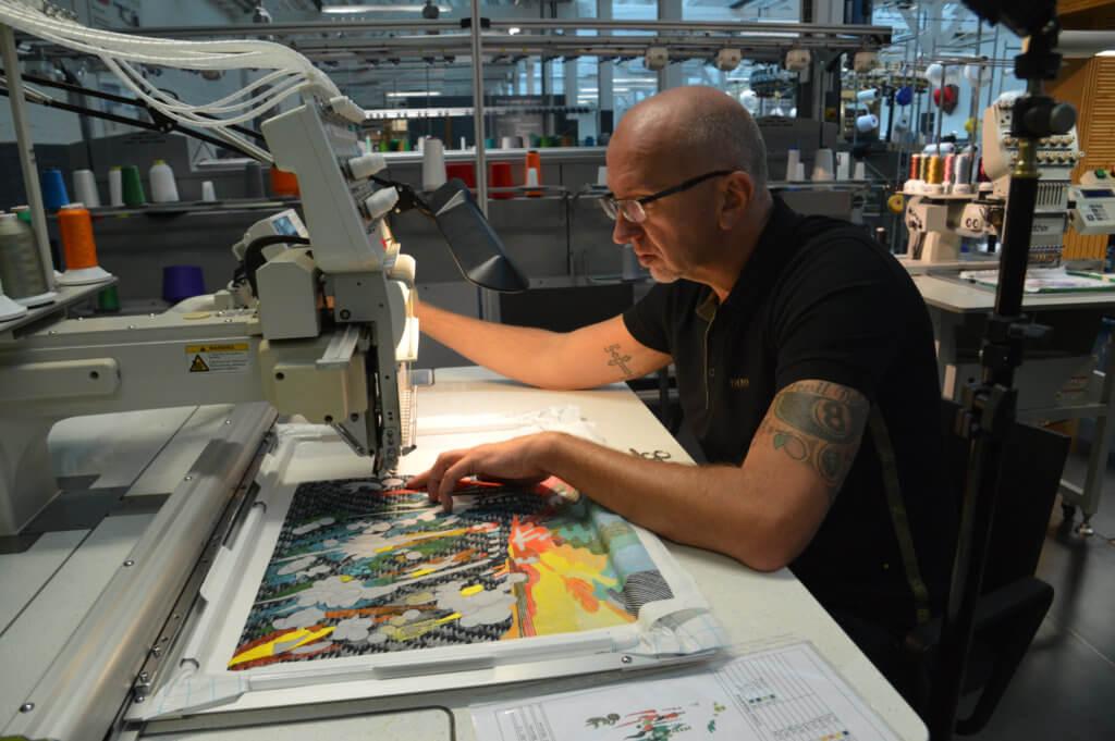Frank de Wind van het TextielLab achter de borduurmachine (foto: Moniek Spaans).