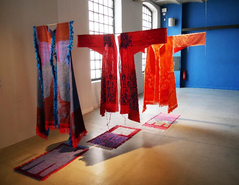 "Areen Hassan, ""Dresses"", 2018, zijde, zeefdruk, knopen en ontrafelen, 140 x 180 cm per object (International Triennial of Tapestry, Lodz, foto: Beatrijs Sterk)."