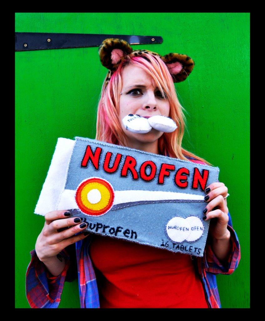 Lucy Sparrow met haar werk 'Nurofen'