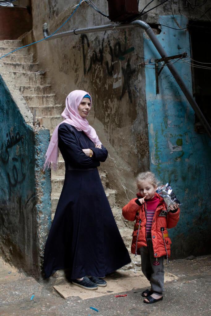 Malak Bakoor leidt een eigen borduuratelier voor Syrische vrouwen in een vluchtelingenkamp in Beiroet (foto: Mashid Mohadjerin).