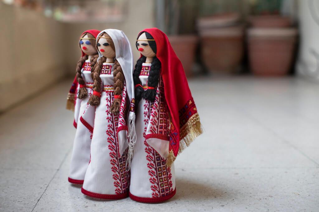 Palestijnse poppen in traditionele feestkledij (foto: Mashid Mohadjerin).