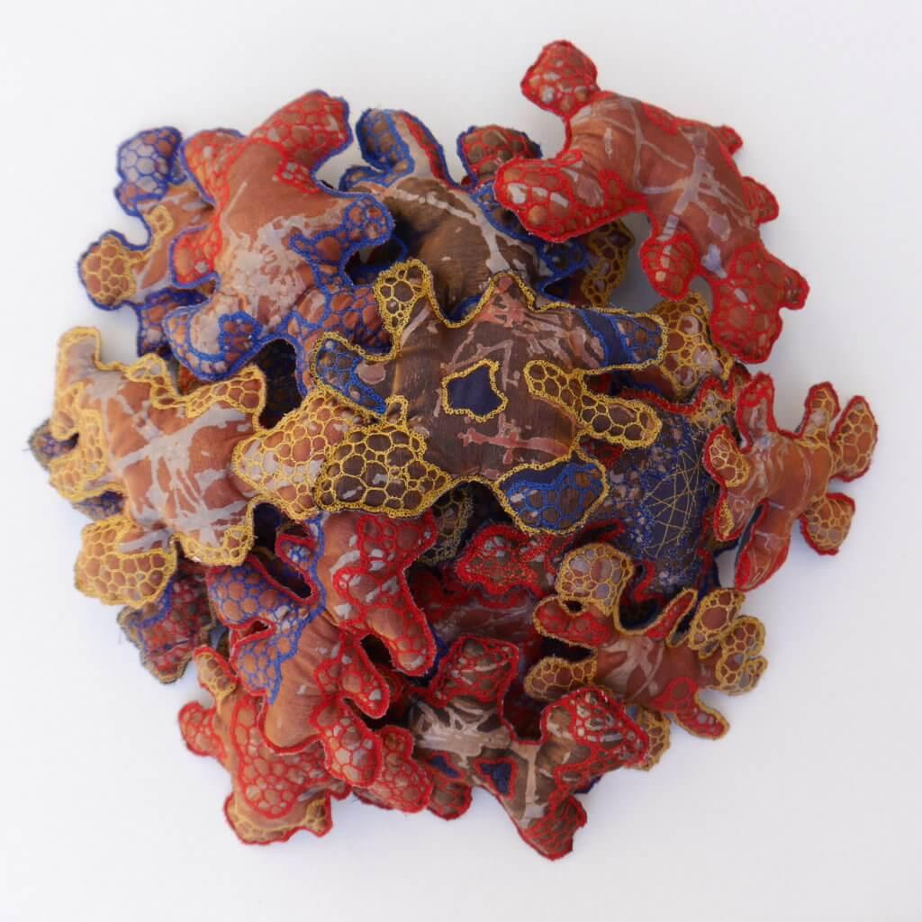 """Ann Graus, """"Herstel-virus"""", 2020, katoen, organza, papier, draad, paper-lamination en borduren uit de vrije hand."""