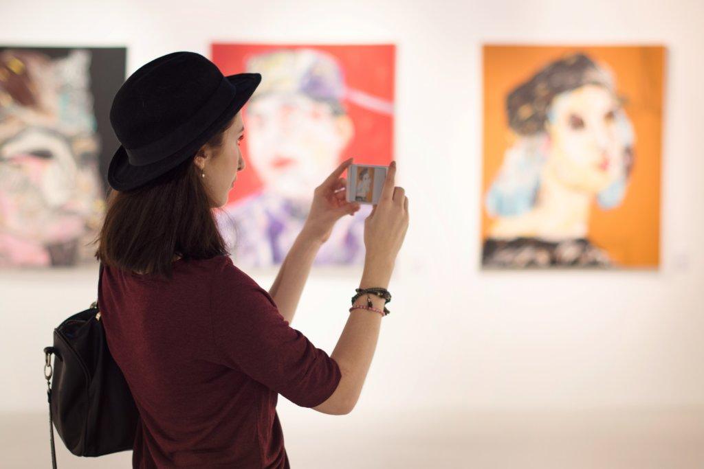 Vrouw in museum