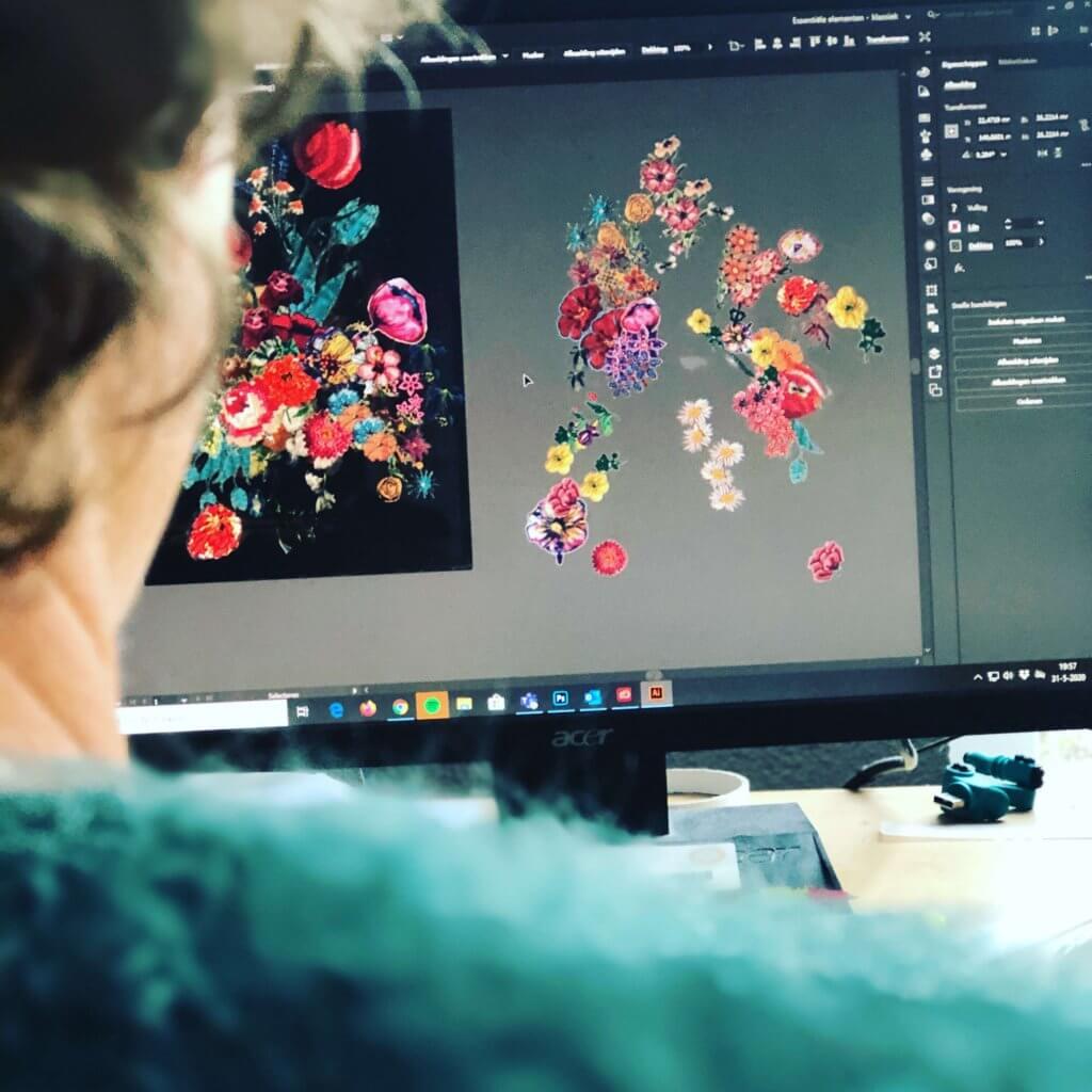 Mirjam bezig met het digitaliseren van de bloemen