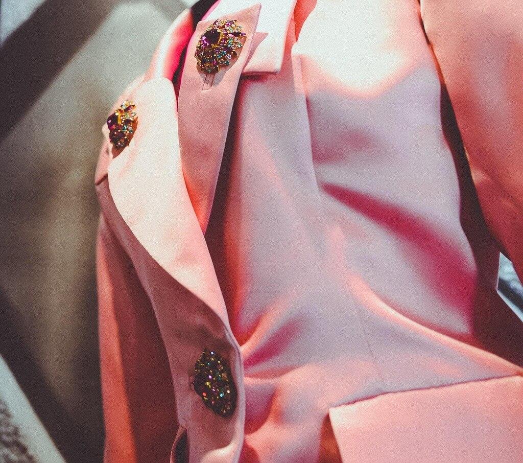 """Kostuum met broches in expositie """"Yves & Catherine, une histoire d'amour"""" (foto: Marieke Dijkhof)."""