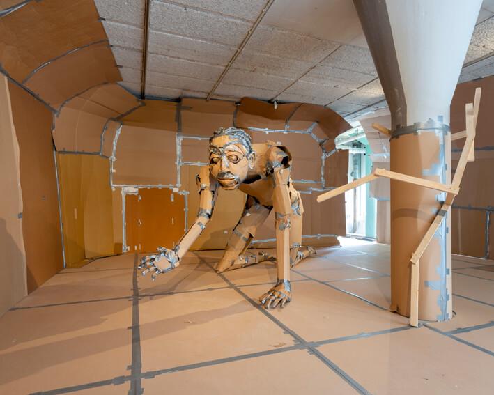 """Quentley Barbara, """"Hesus"""", 2019, gerecycled karton en ducktape, hout, verschillende afmetingen (foto: Cassander Eeftinck Schattenkerk, Het HEM (2019)."""