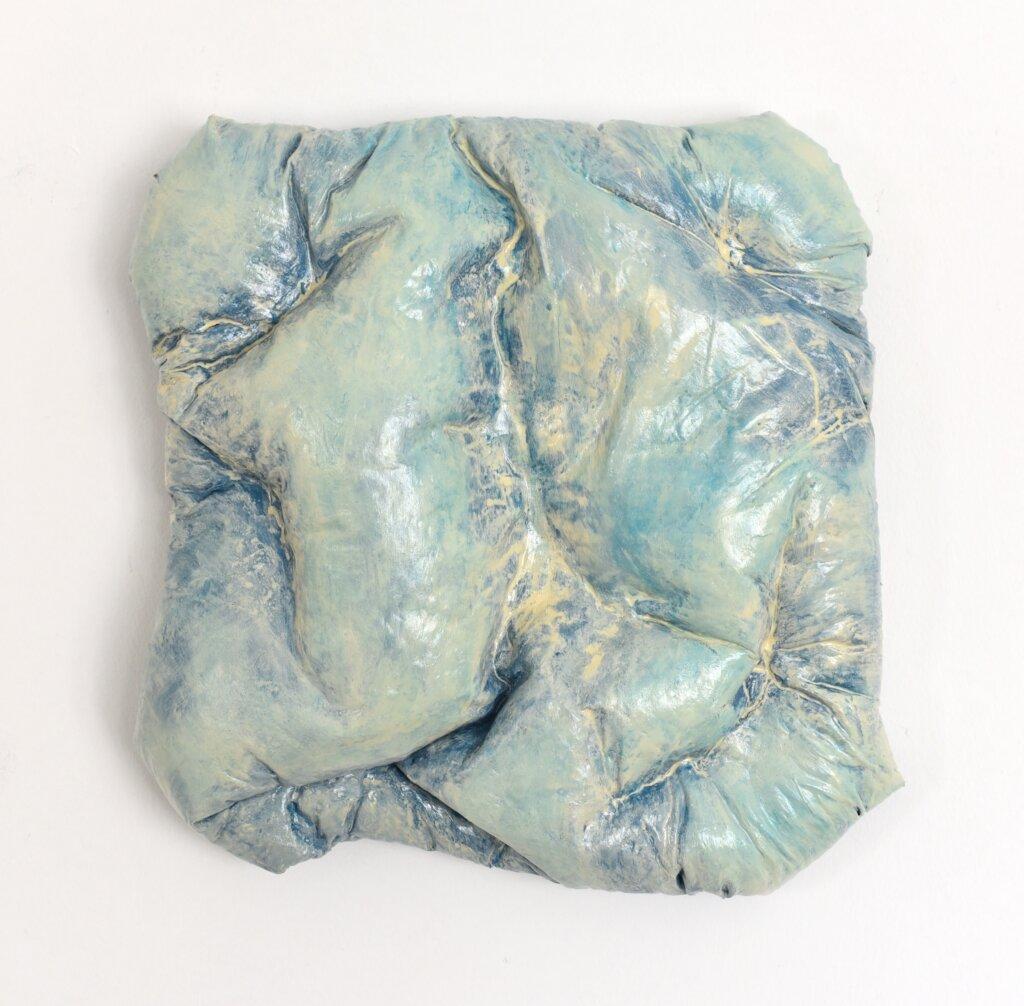 """Anna-Lena Sauer, """"Wall Pillow"""", 2020, kussen, garen, acrylverf en acrylcoating op canvas."""