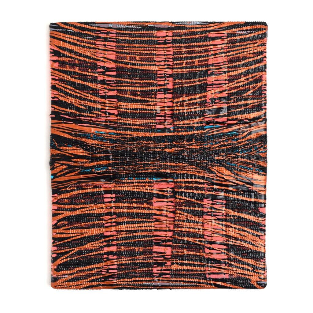 "Anna-Lena Sauer, ""Weaving Patterns"", 2020, stof, acrylverf, spuitverf en grijpkussen op canvas."