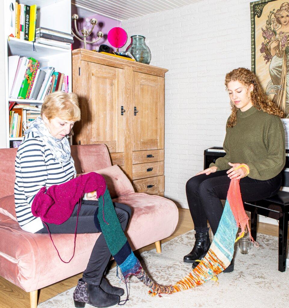 De buurvrouwen van Corina Koolen met haar werk in hun handen (foto: Hilde Harshagen).