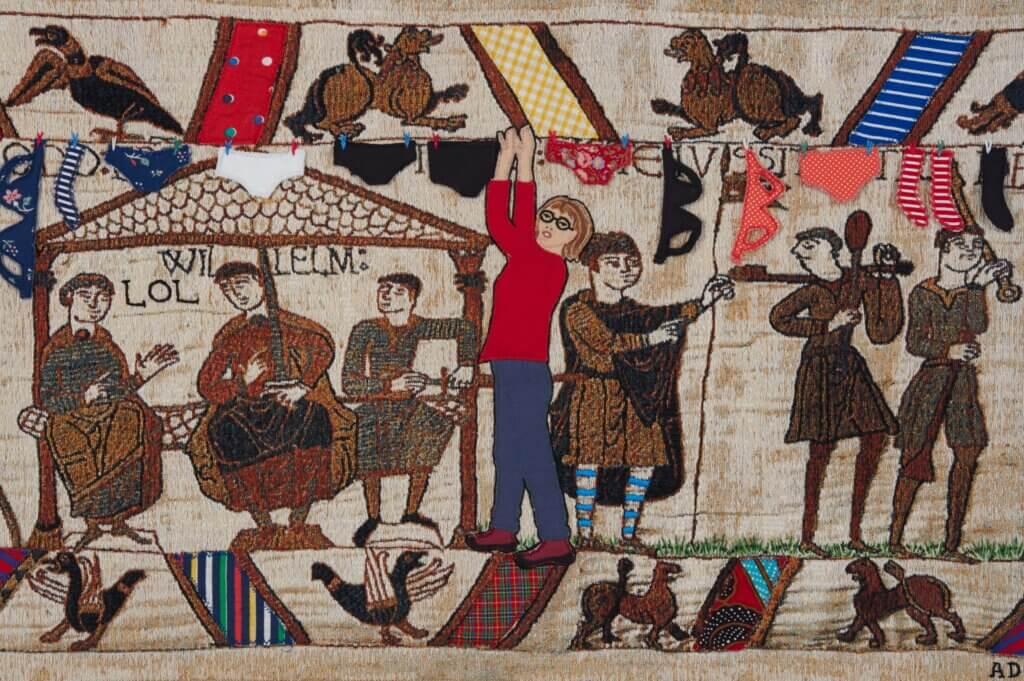 Adrienne Doigs versie van het Tapijt van Bayeux, 2018 Borduursel op tapijt, 41.5 x 62 cm.