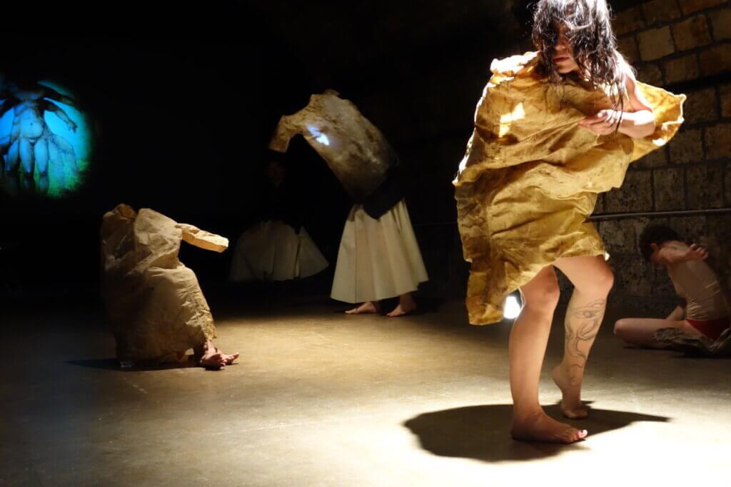 Hélène Barrier, performance met jurken.