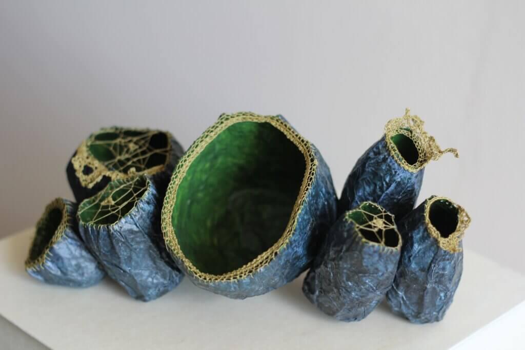 """Patricia Chemin, """"Kostbare zeepokken"""", geborduurd en gehaakt zijdepapier en katoenen draden."""