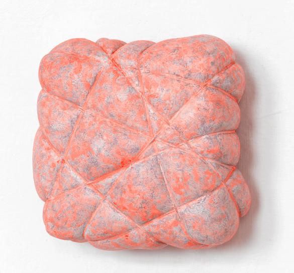 """Beppe Kessler, """"Ingesnoerd – pink"""", Acryl op katoen en linnen, koper, 12 x 12 x 6 cm."""