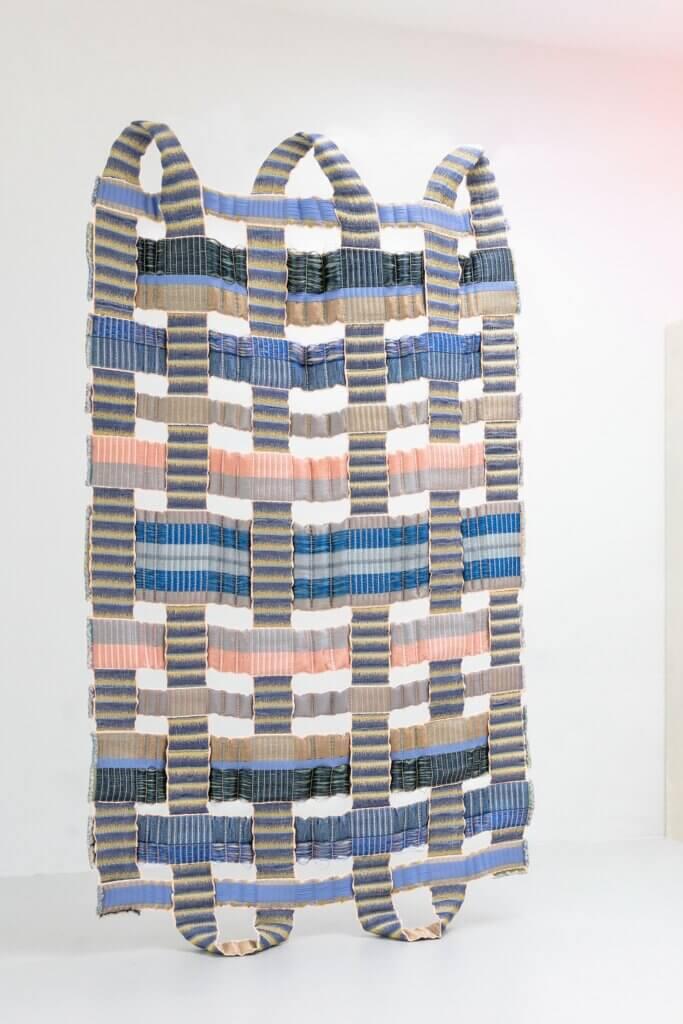 """Mae Engelgeer, """"Bold Weave"""", garenmix, jacquard geweven, 300 x 150 cm. In samenwerking met TextielLab, de professionele workshop van het Textiel Museum."""
