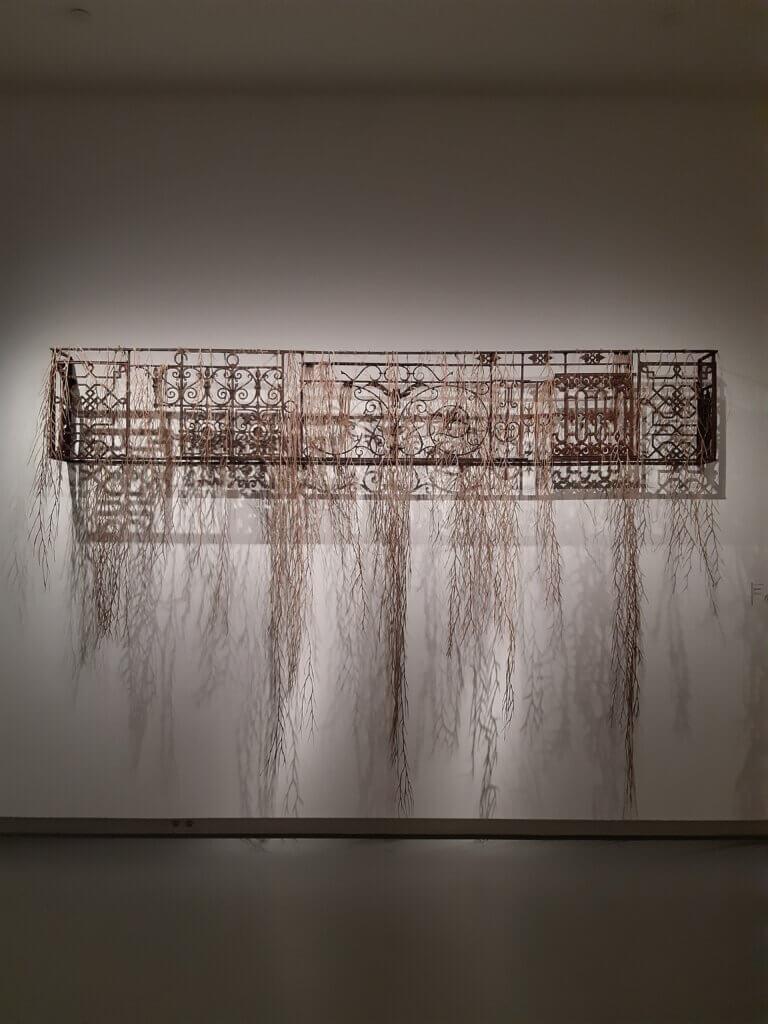 "Eva Jospin, ""Balcon"", 2015, metaal en karton."